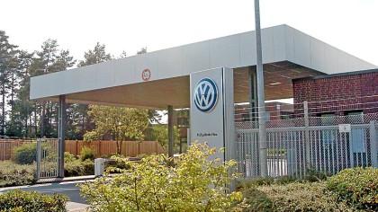 Zu einem PKW-Brand wurde die Feuerwehr am Sonntag gerufen, um die Werksfeuerwehr der Volkswagen AG beim Löschen auf dem Parkplatz des VW-Prüfgeländes an der B 288 in Ehra zu unterstützen (Archivbild).